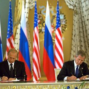 Presidents Bush and Putin sign the Moscow Treaty